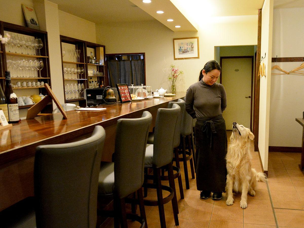 シェフの瑠美さんと看板犬・ジョイヤ