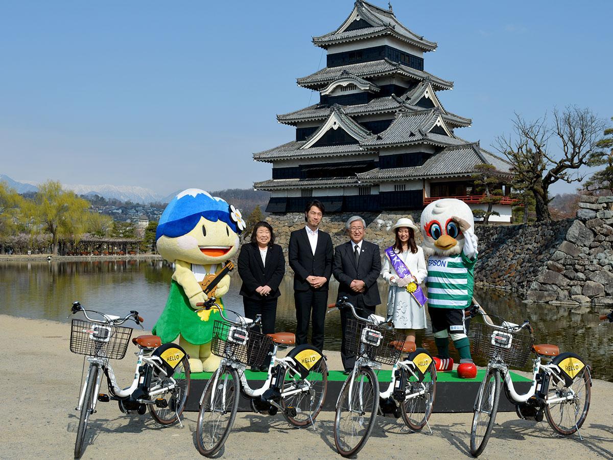 国宝松本城をバックに行われた出発式