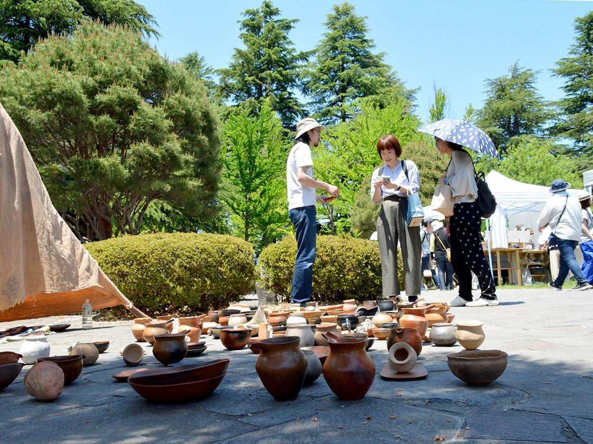 土器が並ぶ田中太郎さんのブース