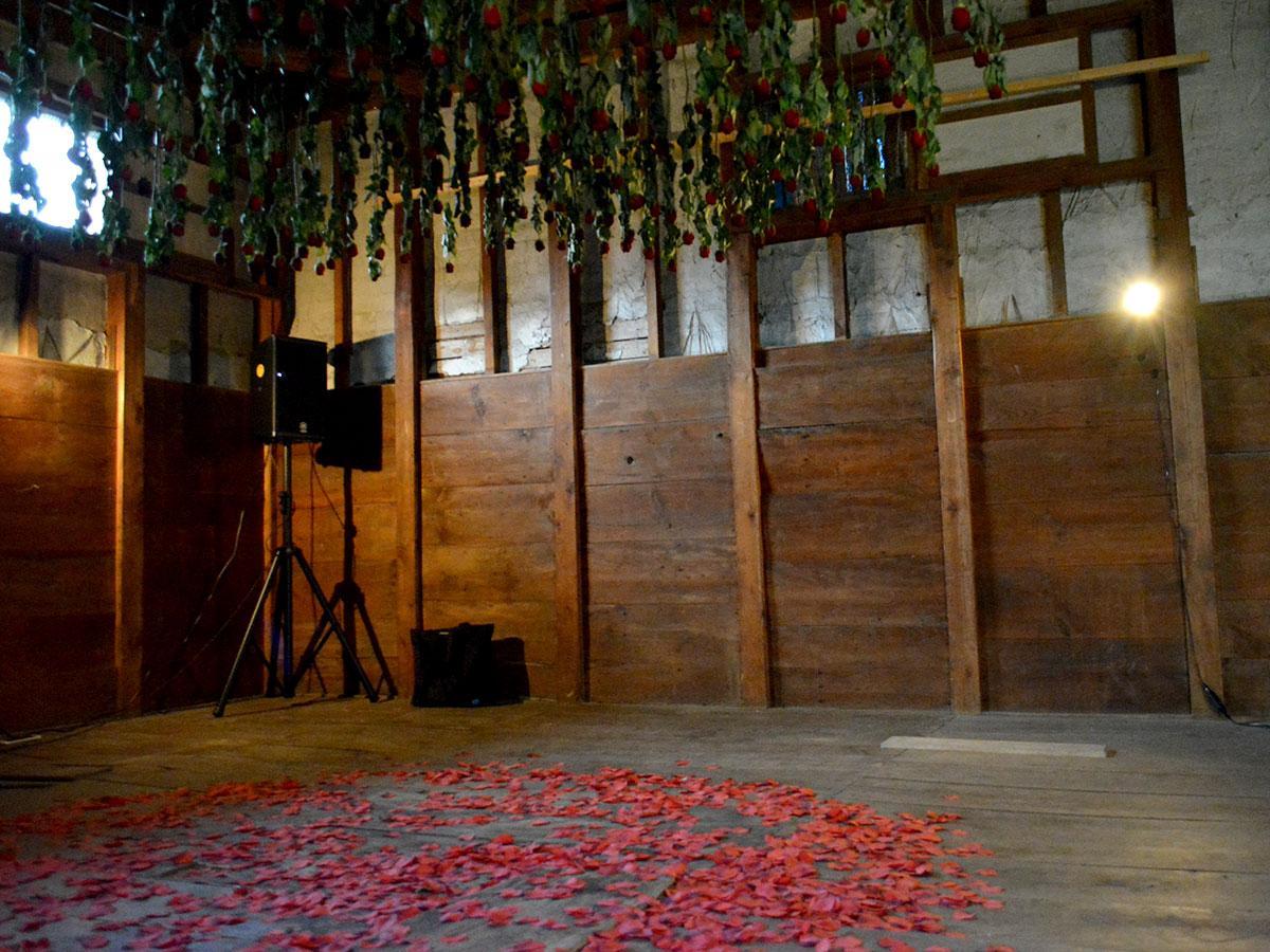 約250本のバラを使った空間