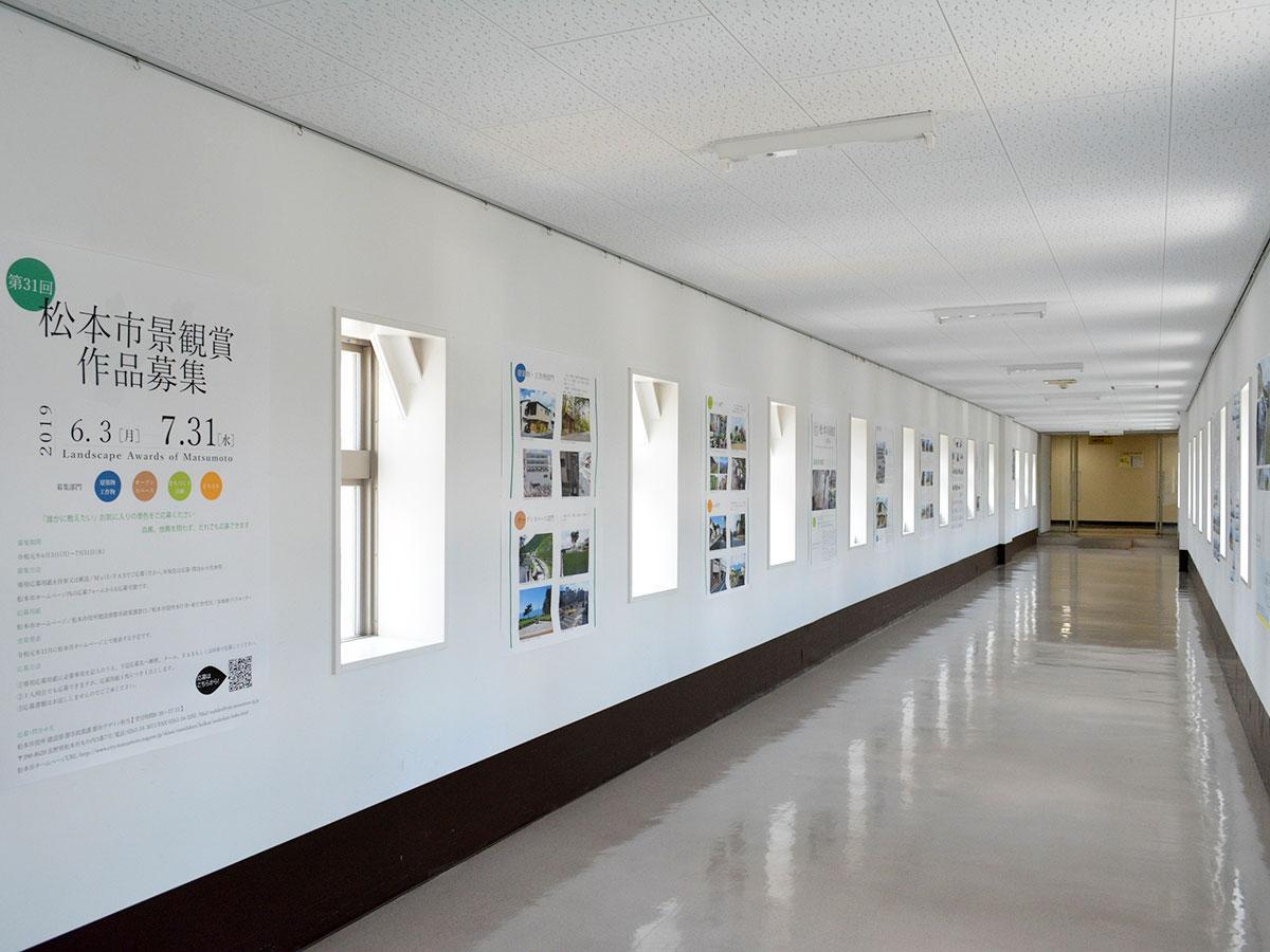 市役所本庁舎・東庁舎の渡り廊下で行われているパネル展示。来月、JR松本駅東西自由通路でも開催予定