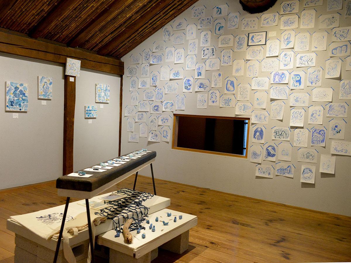 壁に張ったスケッチのほか、スケッチブックも展示