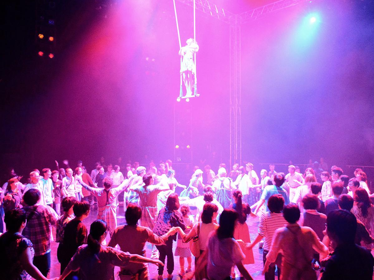 観客と出演者が入り交じる一体感のある演出も多い
