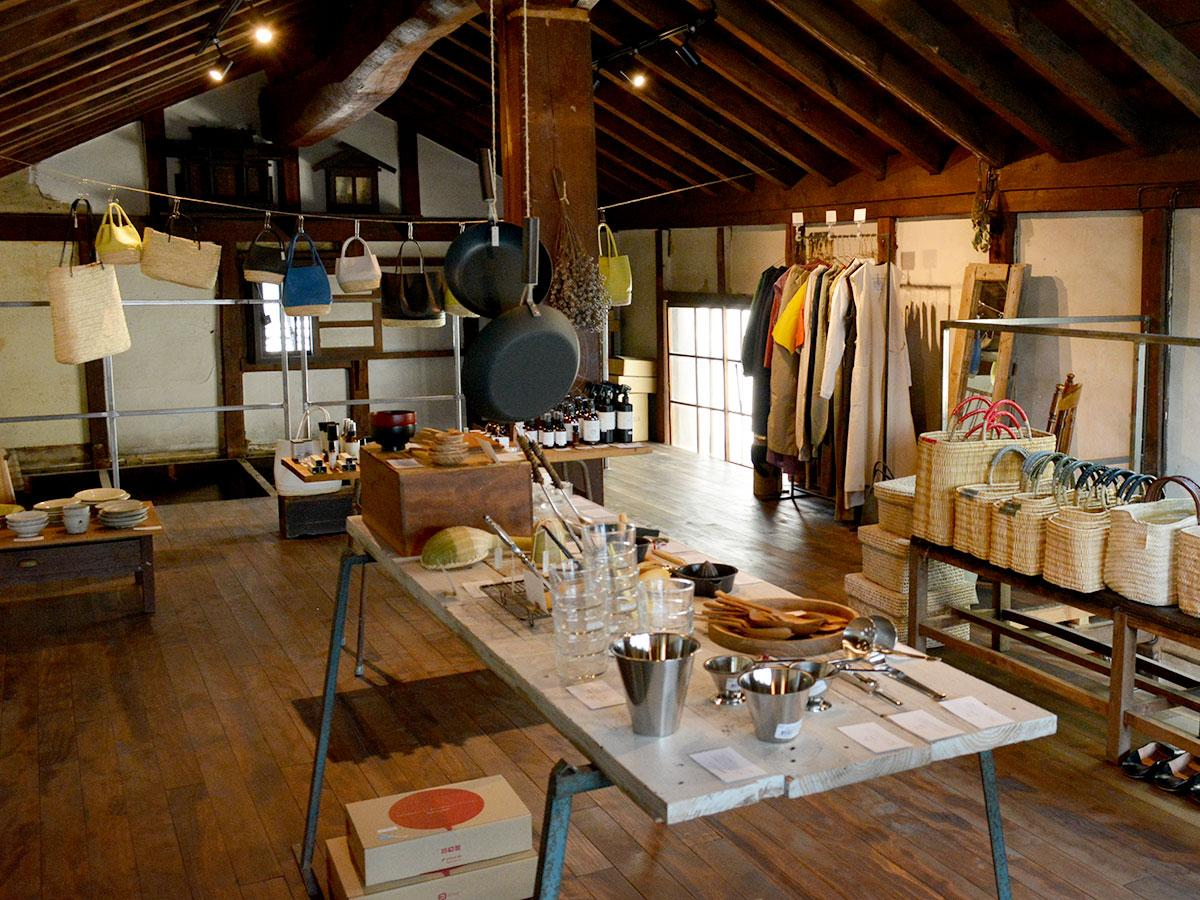 明治時代に建てられた土蔵を改修した「栞日分室」。さまざまな日用品が並ぶ