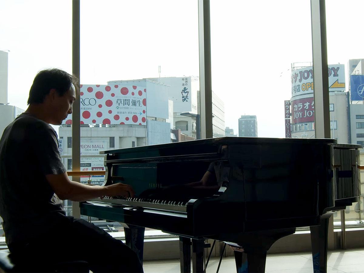 「楽都まつもと夢ピアノ」で演奏する永田さん(ユーチューブより)