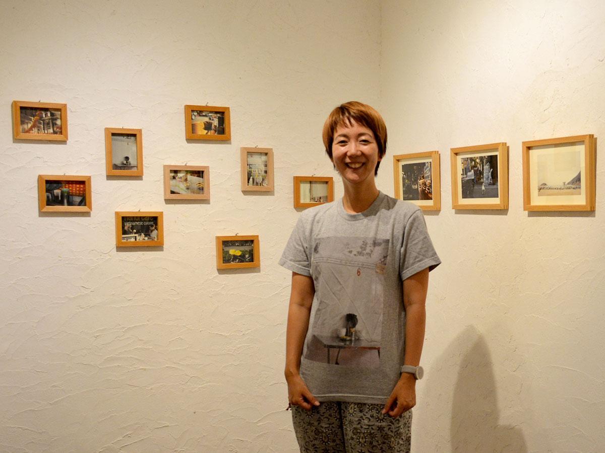 「お箸のある風景」をプリントしたTシャツ姿で笑顔を見せる疋田さん