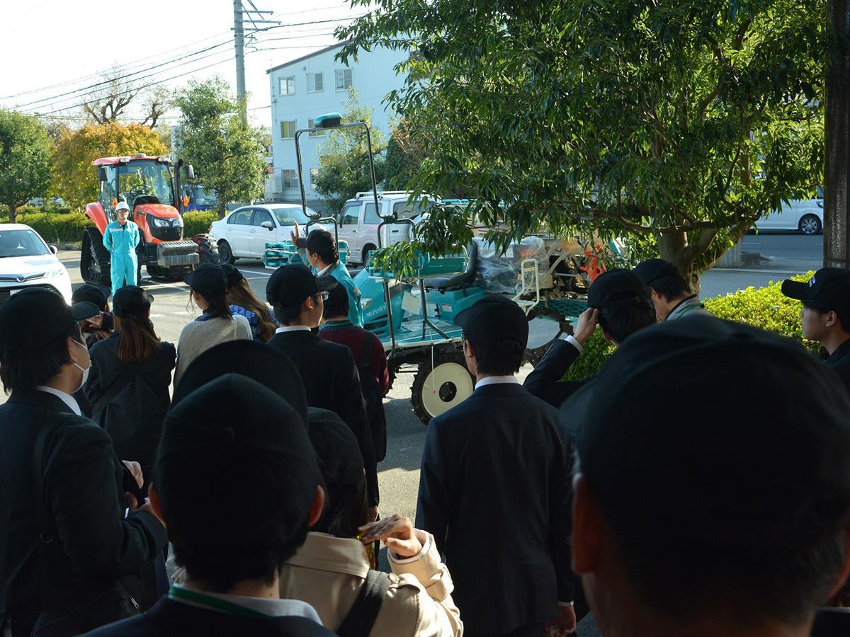 昨年10月に開催した様子。農機メーカー製品の乗車体験を行った