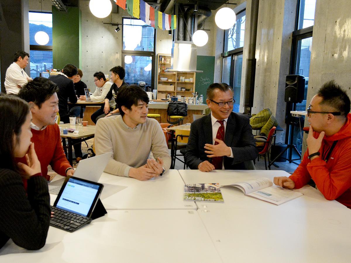 CMOに就任した関口さん(右から2人目)とCHROに就任した田口さん(中央)