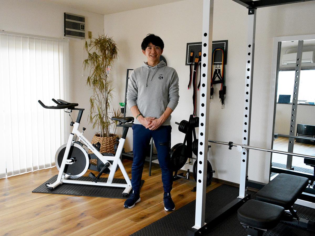 強度高めの運動にも対応するバイクとパワーラックを設置するスタジオ