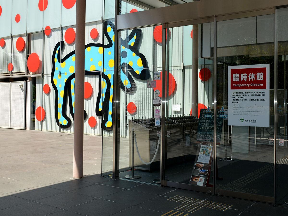 松本市美術館。中庭にも入れないようになっている。