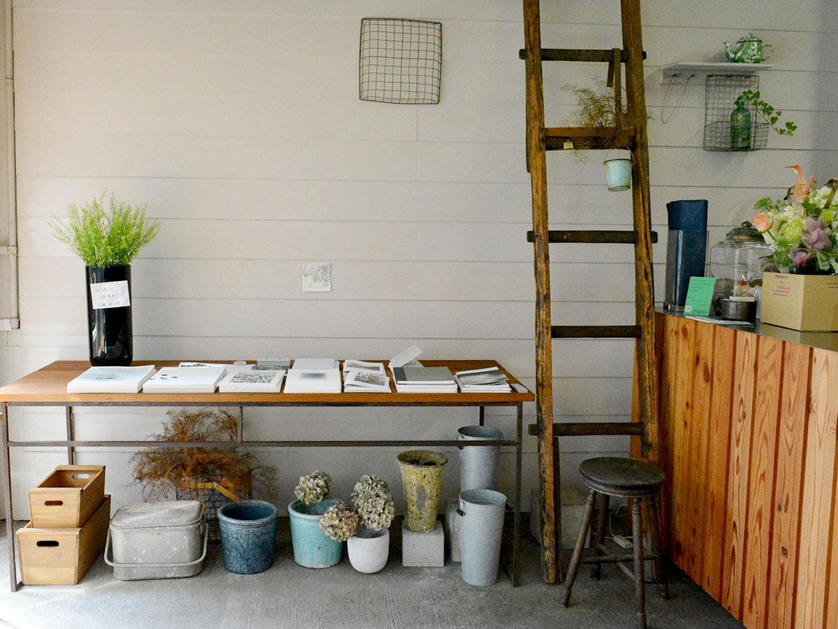 生花店「ことの葉」には写真集やドローイング集が並ぶ