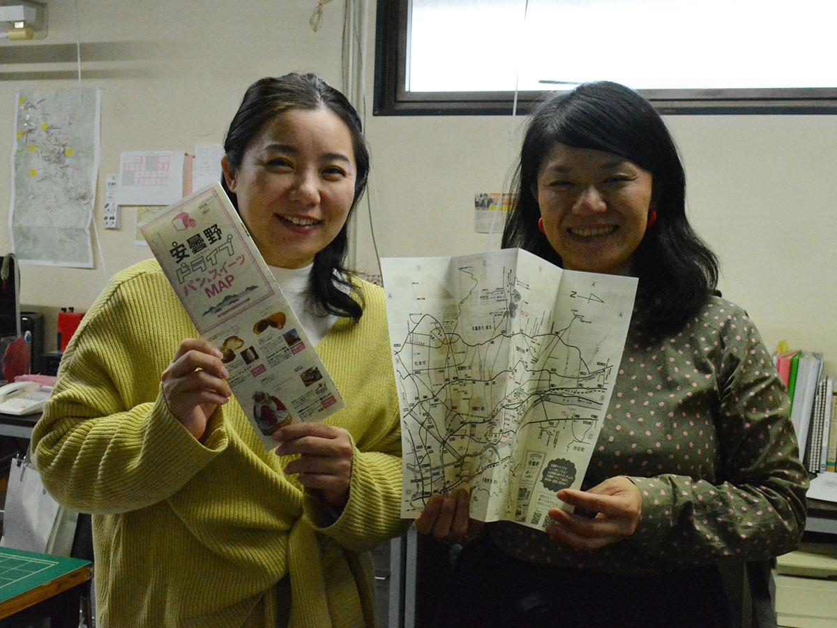 マップを手にするホッタさん(写真右)と櫻井さん