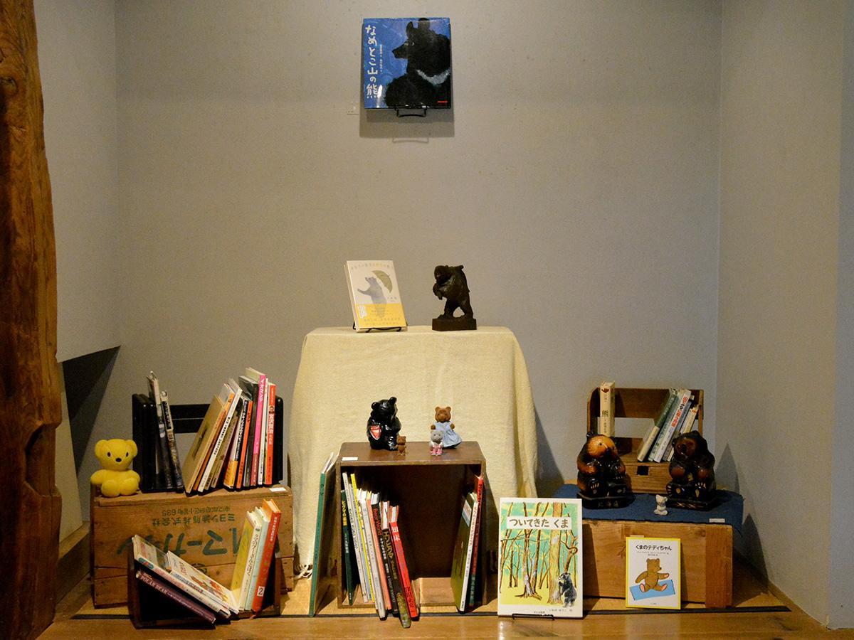本・中川のセレクトした多彩な本。ninjinsanの古道具の中には懐かしいアイテムも