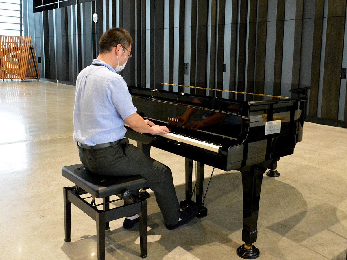 「こういうところで弾けると気持ち良さそう。私は弾けませんが」と岡本さん