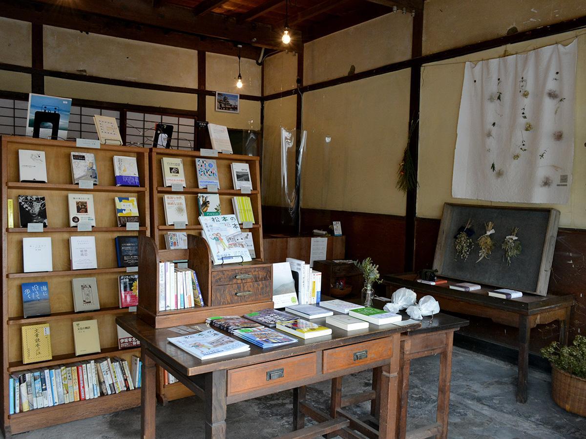 店内には古本を中心に、新刊、レコード、ドライフラワーのブーケやガーランドなどがある