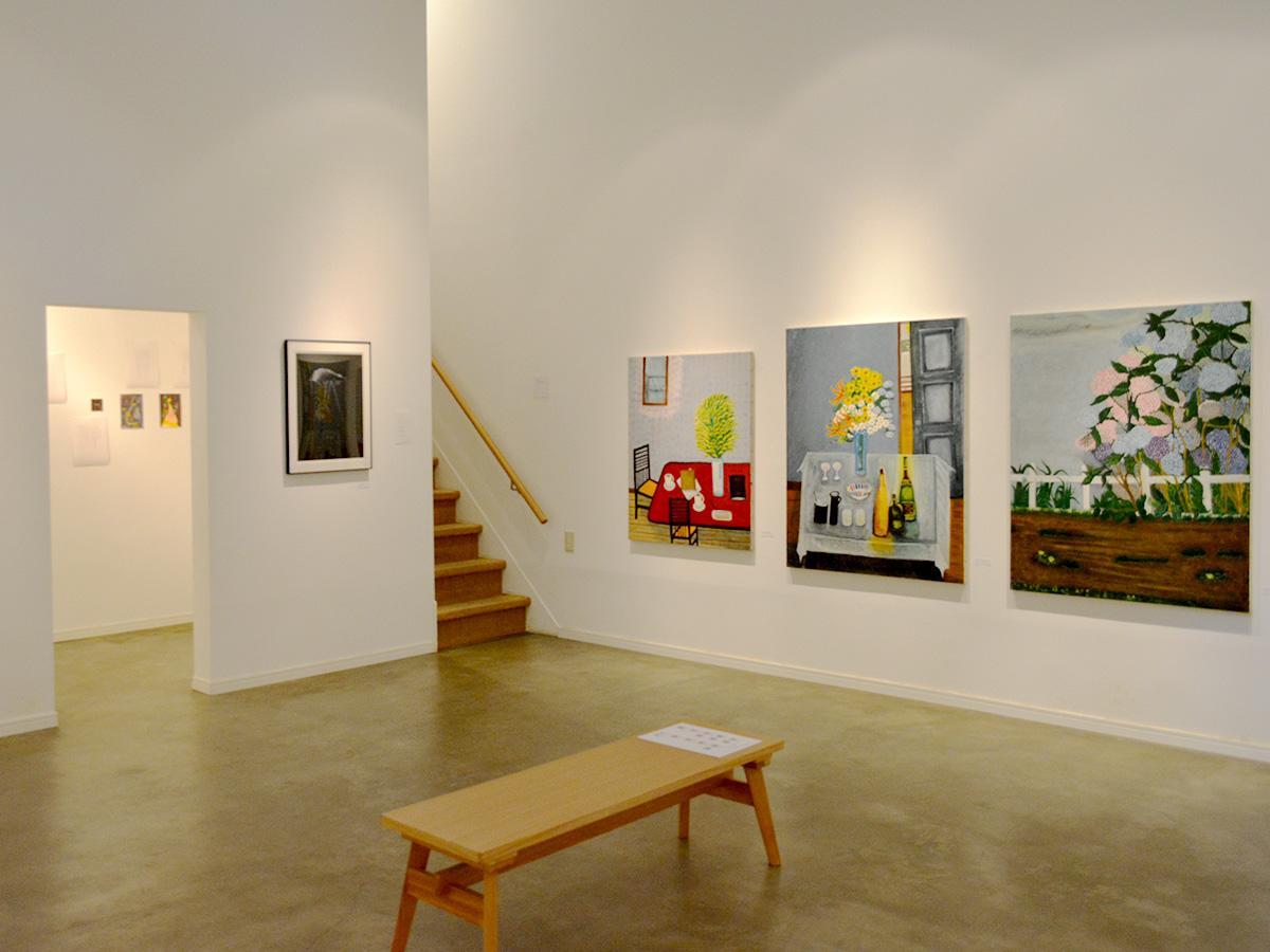 花が特徴的な柴明子さんの作品と、小部屋には成瀬憲子さんの絵と詩を展示