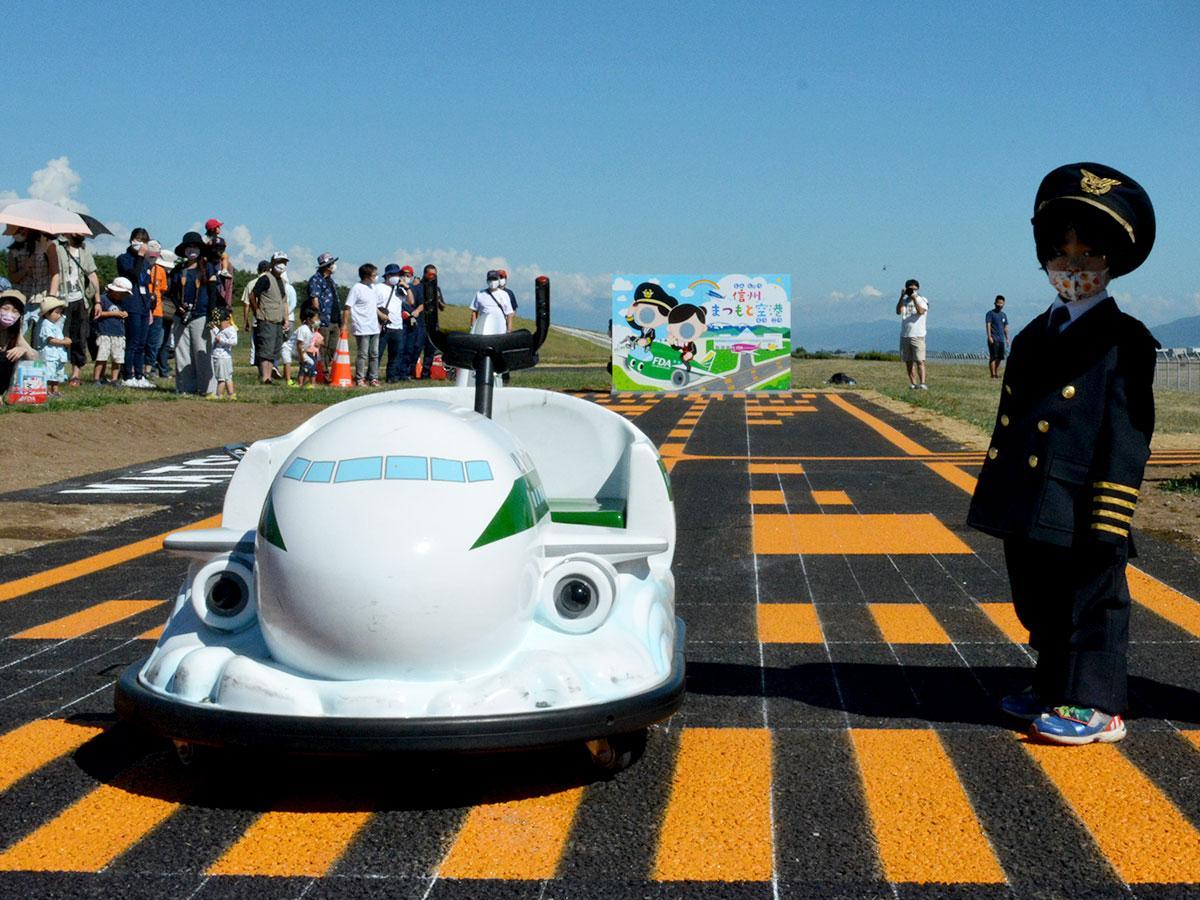 「開港式」ではパイロット姿の子どもが飛行機型のバッテリーカーで滑走した