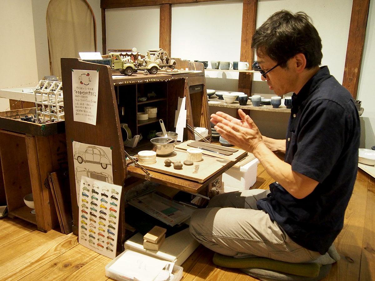 リレー制作展示「やきもの2CV作るぞ!」で部品を作る瑞久さん
