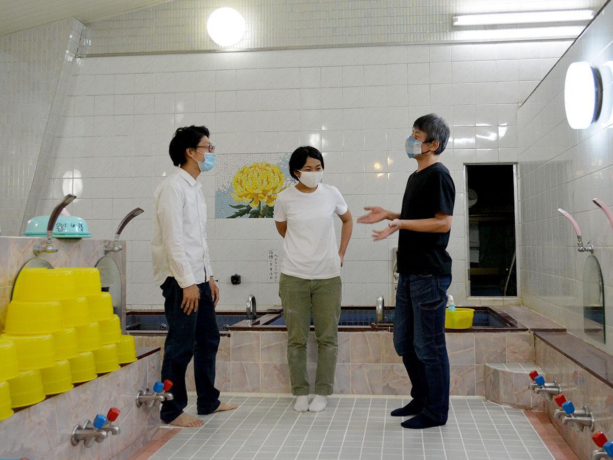 リニューアルに向け改装中の「菊の湯」で談笑する3人(左から菊地さん、湯屋チーフ・山本ひかるさん、宮坂さん)