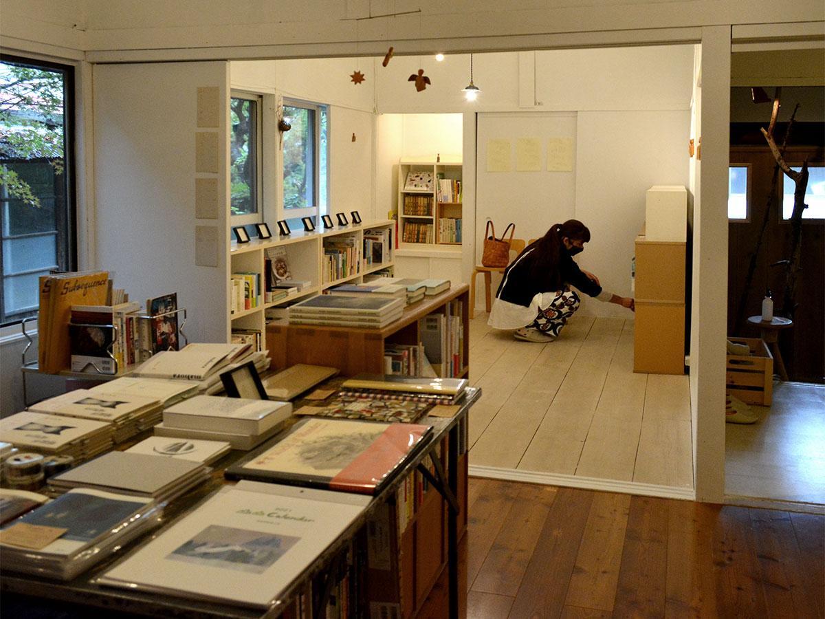 大曽根さんの作品は壁と棚に飾る。なじみ過ぎて展示だということに気付かない人も