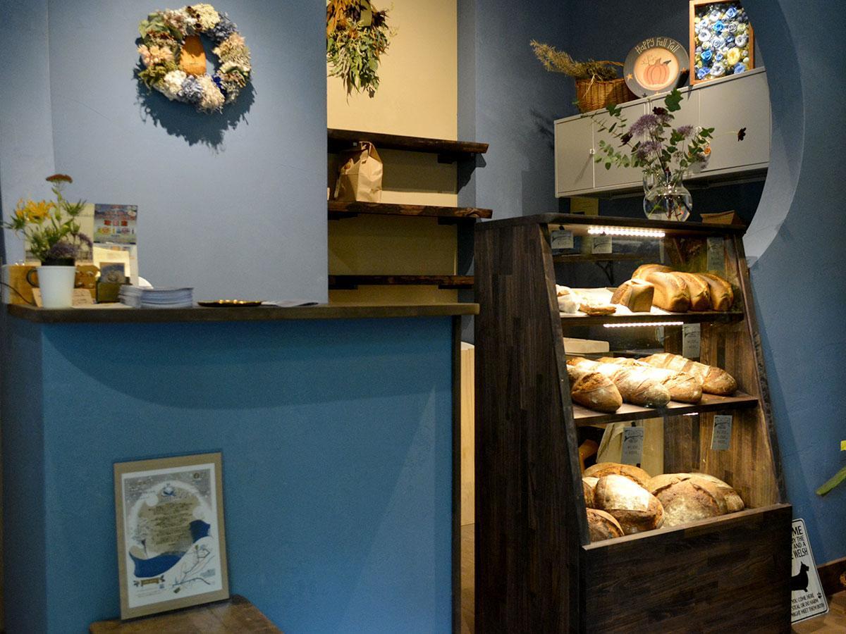 ショーケースからパンを選ぶ。「どんな料理に合わせればいいかなども気軽に聞いてほしい」