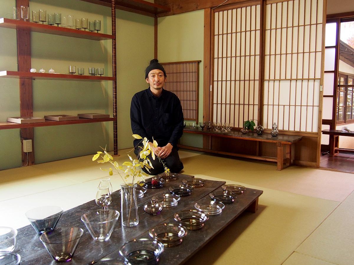 永木さんの手掛ける器は、クリア、アンバー、グレーの3色展開