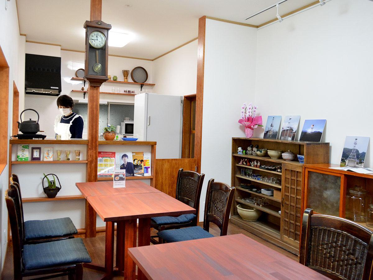 柱時計を飾るために、柱を残してカウンターに。茶道具なども飾る