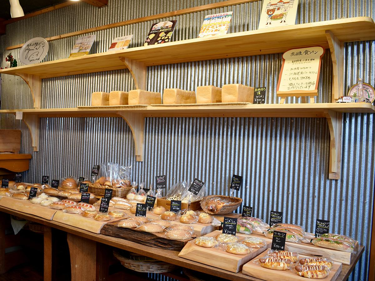 さまざまな種類のパンが並ぶ店内