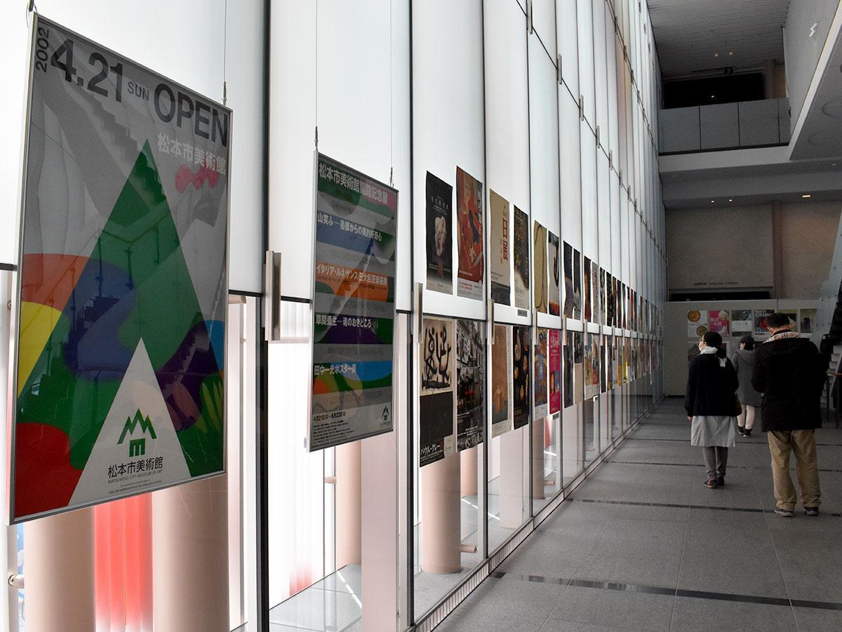 幅広いジャンルの企画展のポスターが並ぶ