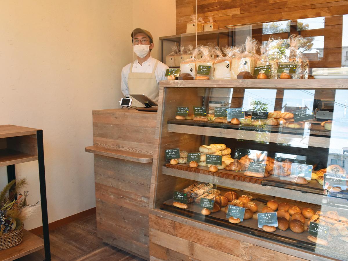 ショーケースにたくさんのパンが並ぶ店内
