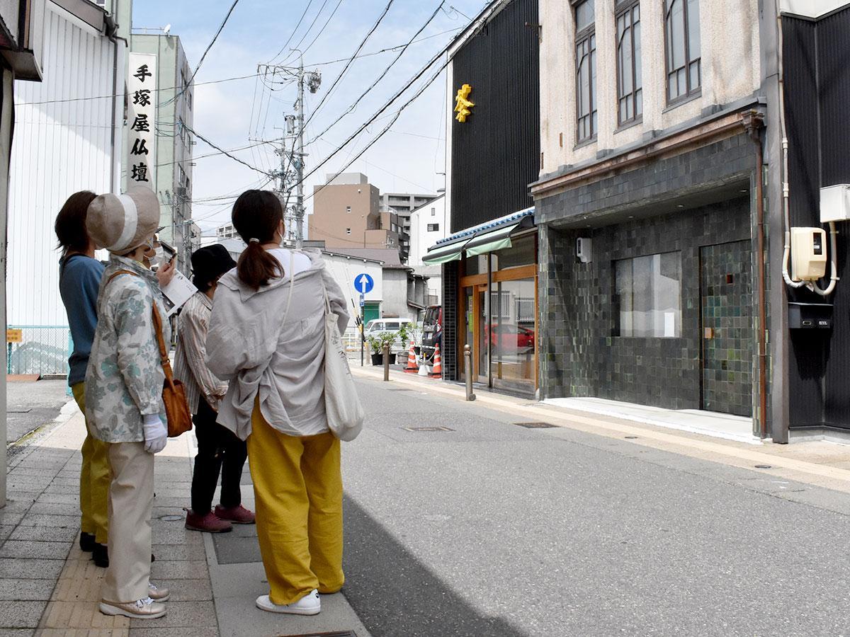 昭和初期に建てられた薬局を改装した「ミナ ペルホネン 松本店」を眺める様子