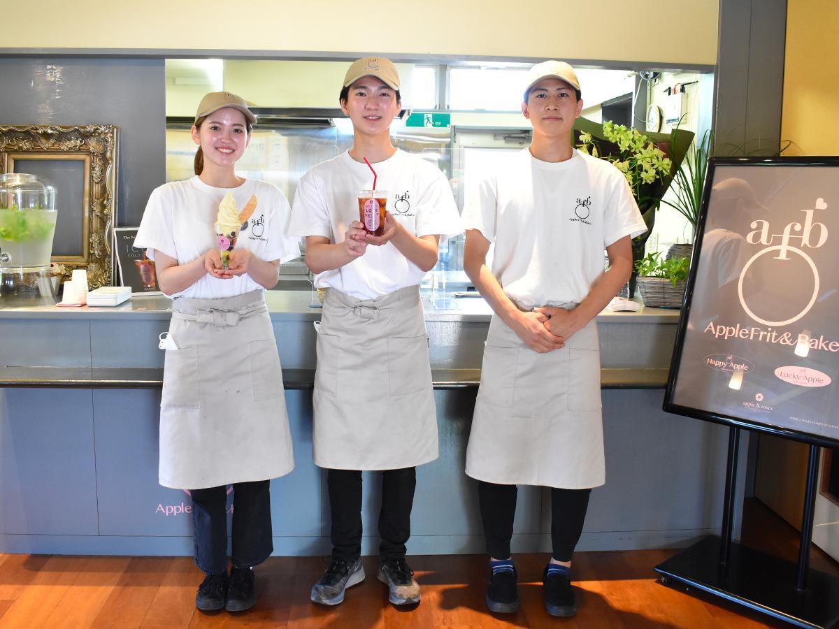 店を運営する、(左から)諌山さん、古林さん、小出澤さん