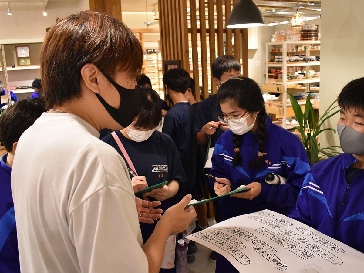 準備してきたことを基に中田さん(左)から話を聞く生徒たち