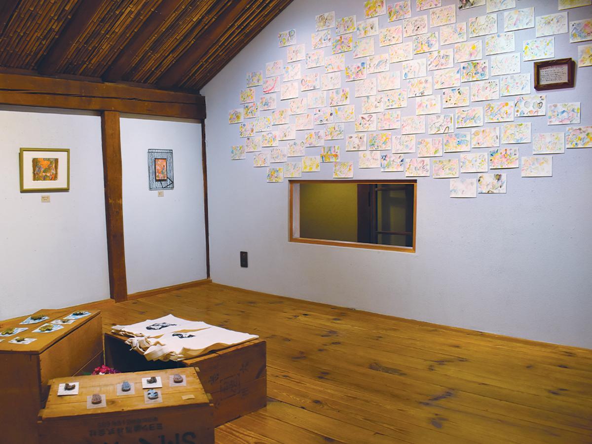 絵画や画集のほか、ブローチやトートバッグなどの小物も展示