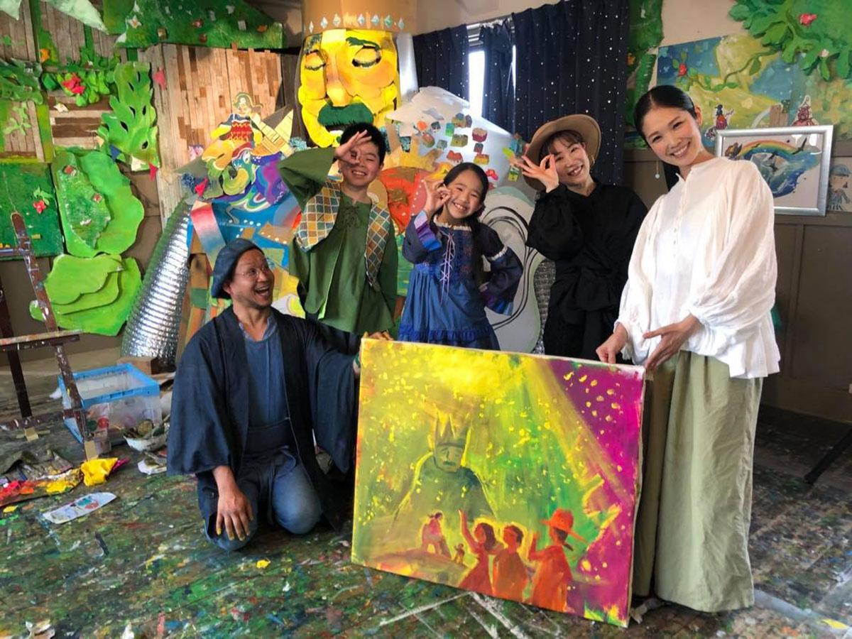 湯澤かよこさん(右)が手掛けたテーマソングに合わせて3人組ダンスユニット「Chuaps」が踊るMVも公開している