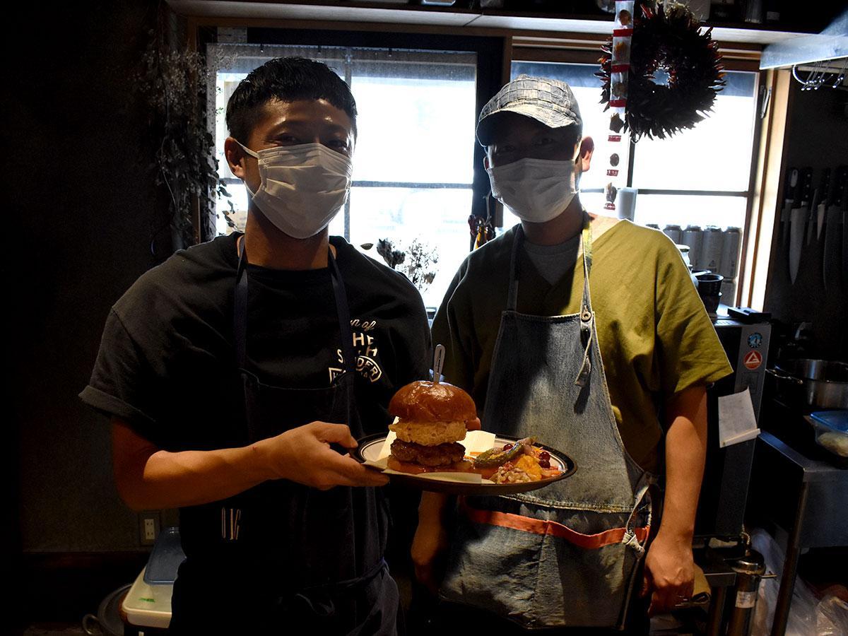 当日限定メニュー「スペシャルダブルバーガープレート」を手にする藤原さん(左)と金子さん