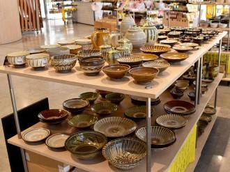 松本の雑貨店で民芸の器展 沖縄のやちむん、大分の小鹿田焼、400点超