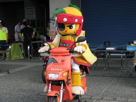 「松山経済新聞」年間PVランキング1位に輝いた、「マッピー号」とそれを寄贈された球団キャラクター「マッピー」