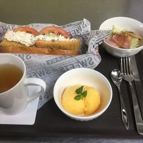 ジェラート、みかんジュース、島でとれた魚のフライを挟んだ「しまなみドッグ」、野菜サラダが付いたランチセット
