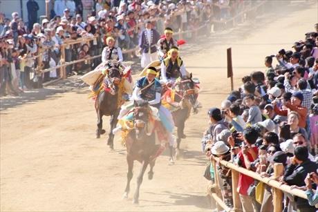 約300メートルの参道を駆け抜ける「お供馬」
