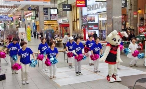松山中央公園で「三世代交流チア大会」 ダンス通して幅広い世代の交流図る