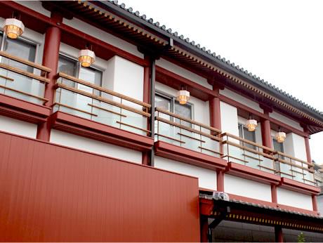 湯屋は飛鳥時代の建築様式を取り入れた外観が特徴