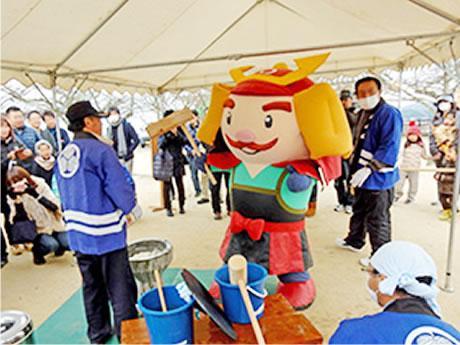 松山城マスコットキャラクター「よしあきくん」も餅つき