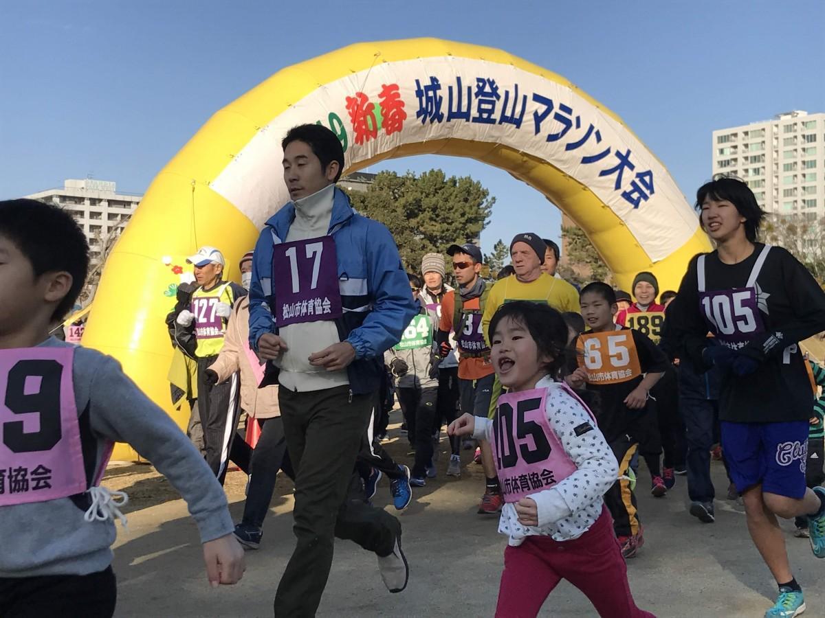 堀之内公園を出発し、松山城山頂を目指す参加者