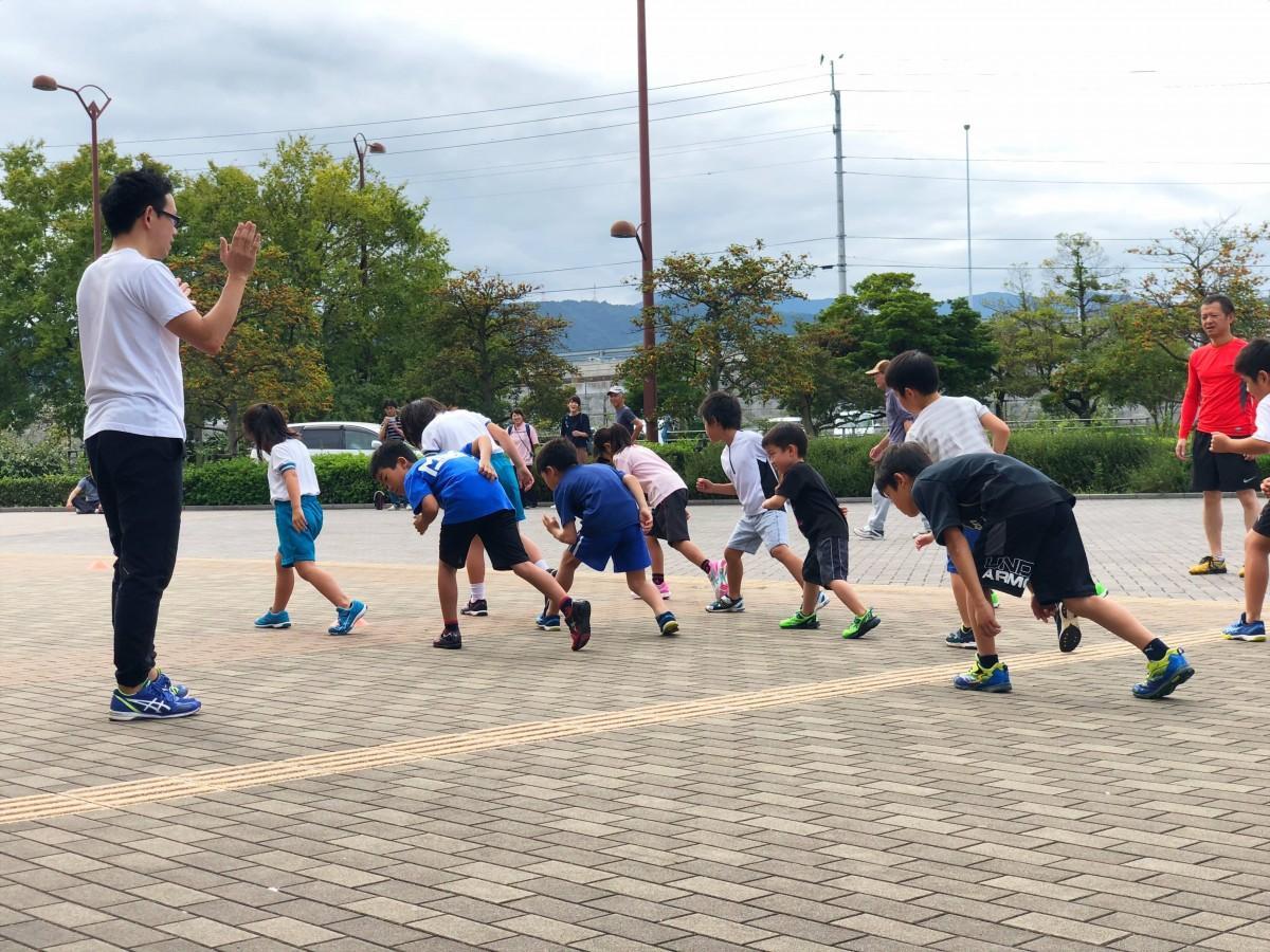 ランニングコーチから「走り方のコツ」を学ぶ子どもたち