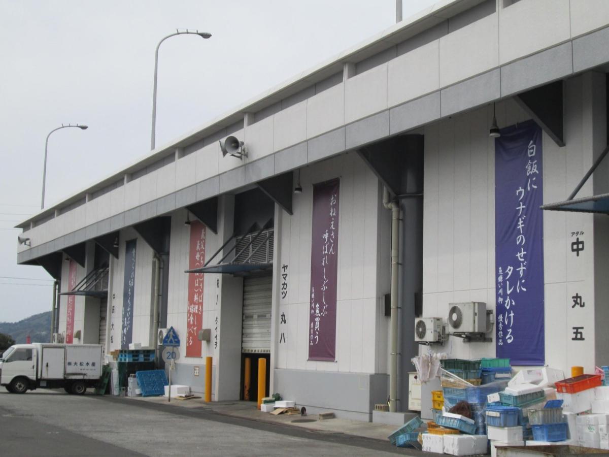 松山市三津の水産市場に飾られた「魚嫌い川柳」の入賞作品