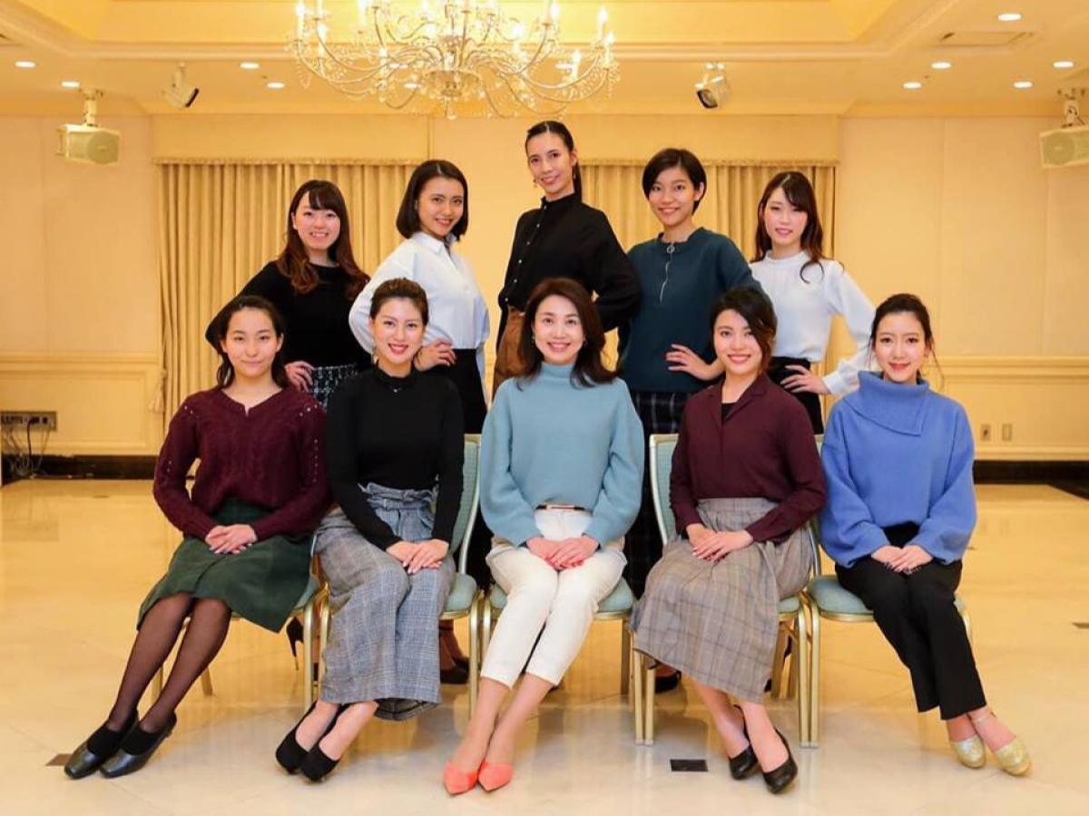 ファイナリスト9名と講師の木曽さん(中央)