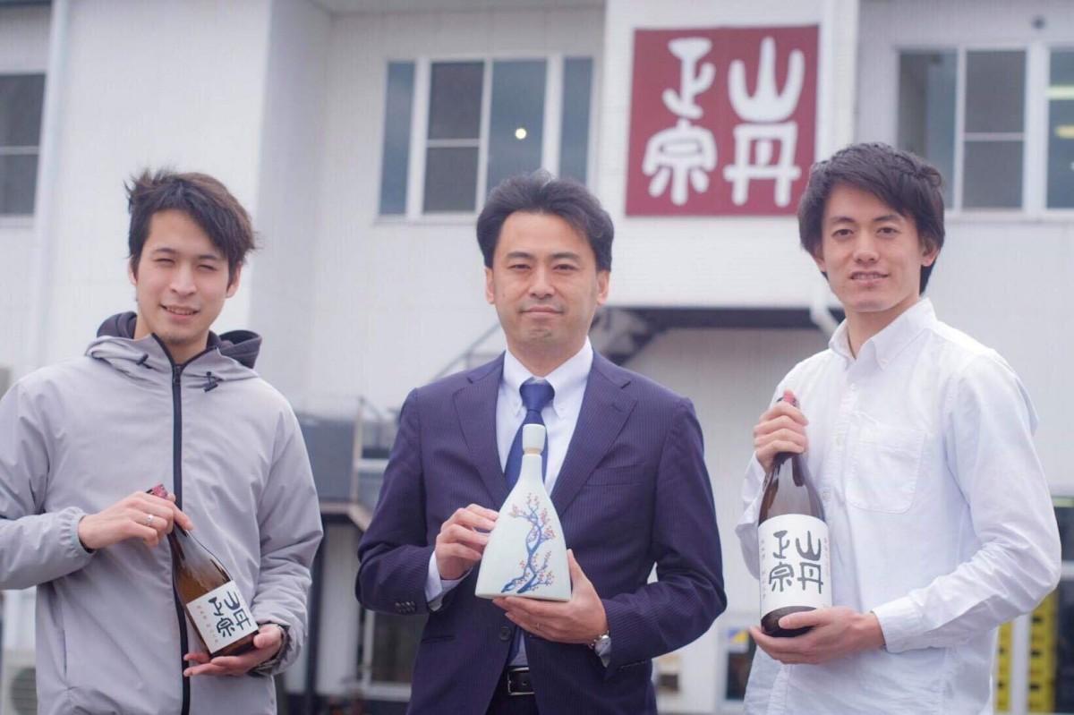 八木酒造部社長の八木伸樹さん(中央)、「SakeEx」の濱村駿介さん(右)と北尾友二さん(左)