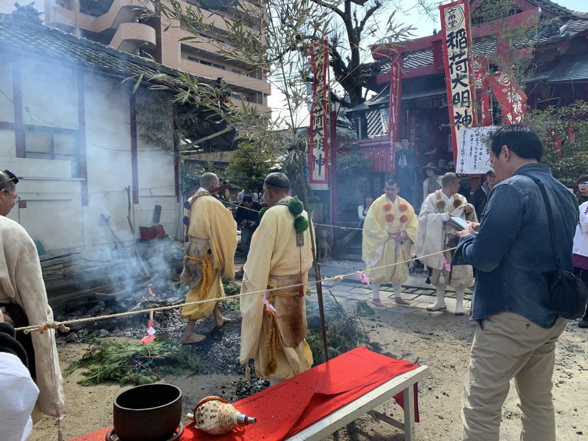 「火渡りの行」に参加する参拝者の列