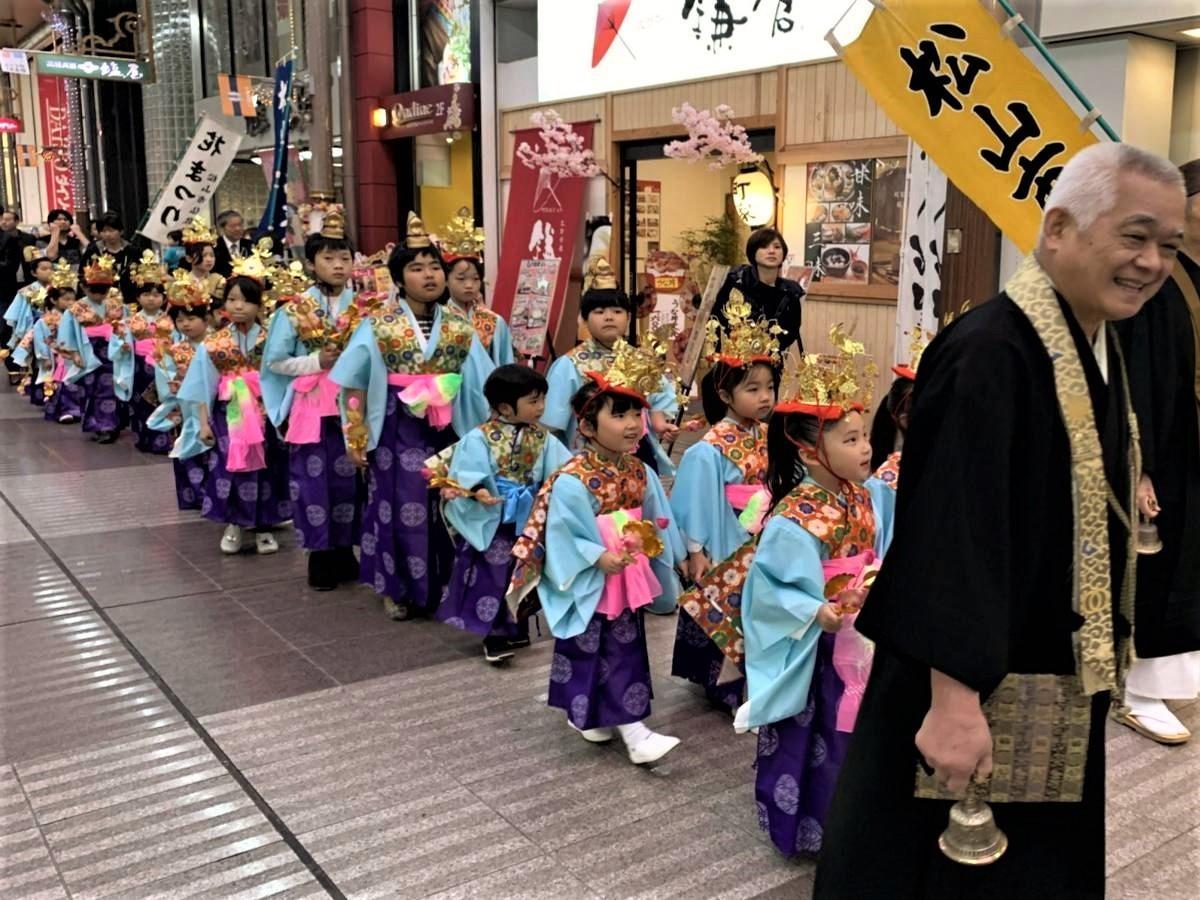 華やかな平安衣装を身に着けて銀天街を練り歩く稚児行列